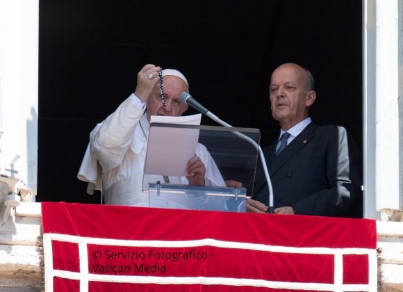 POPE FRANCIS BLESSES 6,000 ROSARIES FOR SYRIA